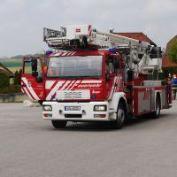 Feuerwehr Burghausen mit der Teleskopbühne in Anfahrt